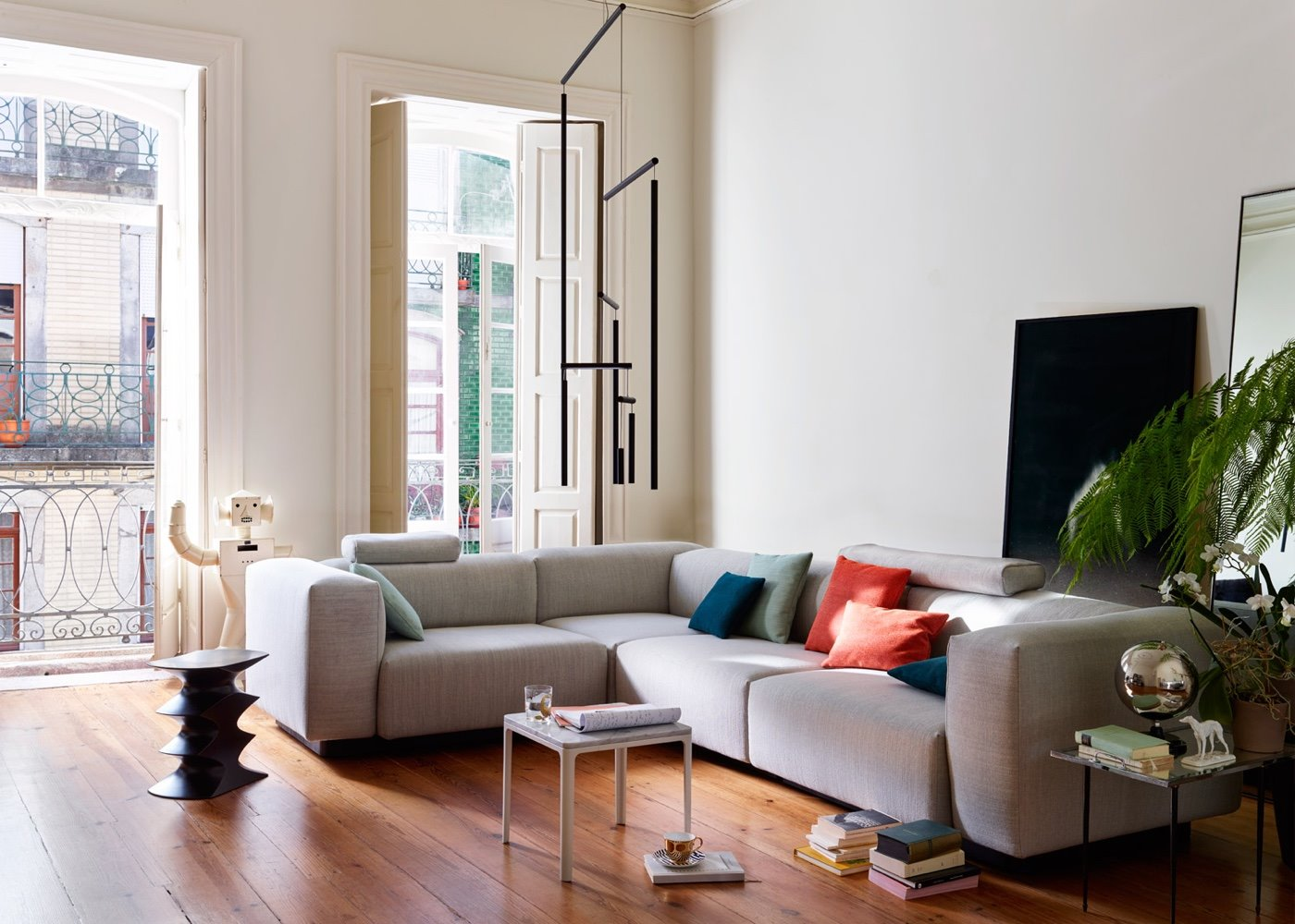 salon con sofa modular suelo de madera