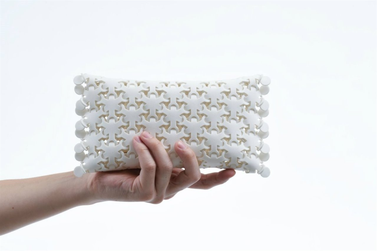 El diseñador industrial Kenji Abe presenta un material cien por cien reciclable llamado CY-BO.