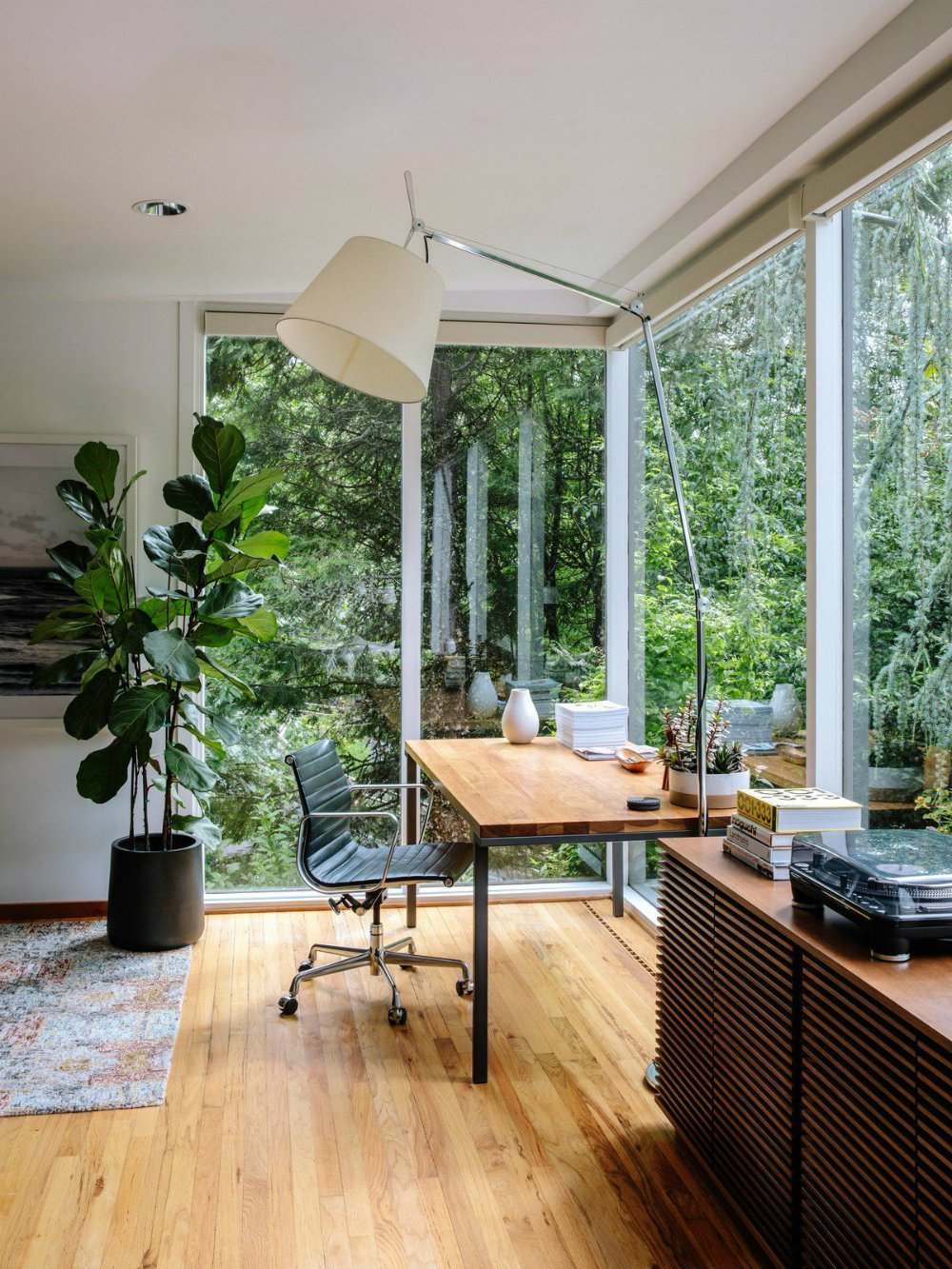 Aprovecha lámparas de pie que tengas en casa para iluminar esta zona, si además puedes situarla cerca de una ventana tendrás iluminación natural garantizada durante buena parte del día