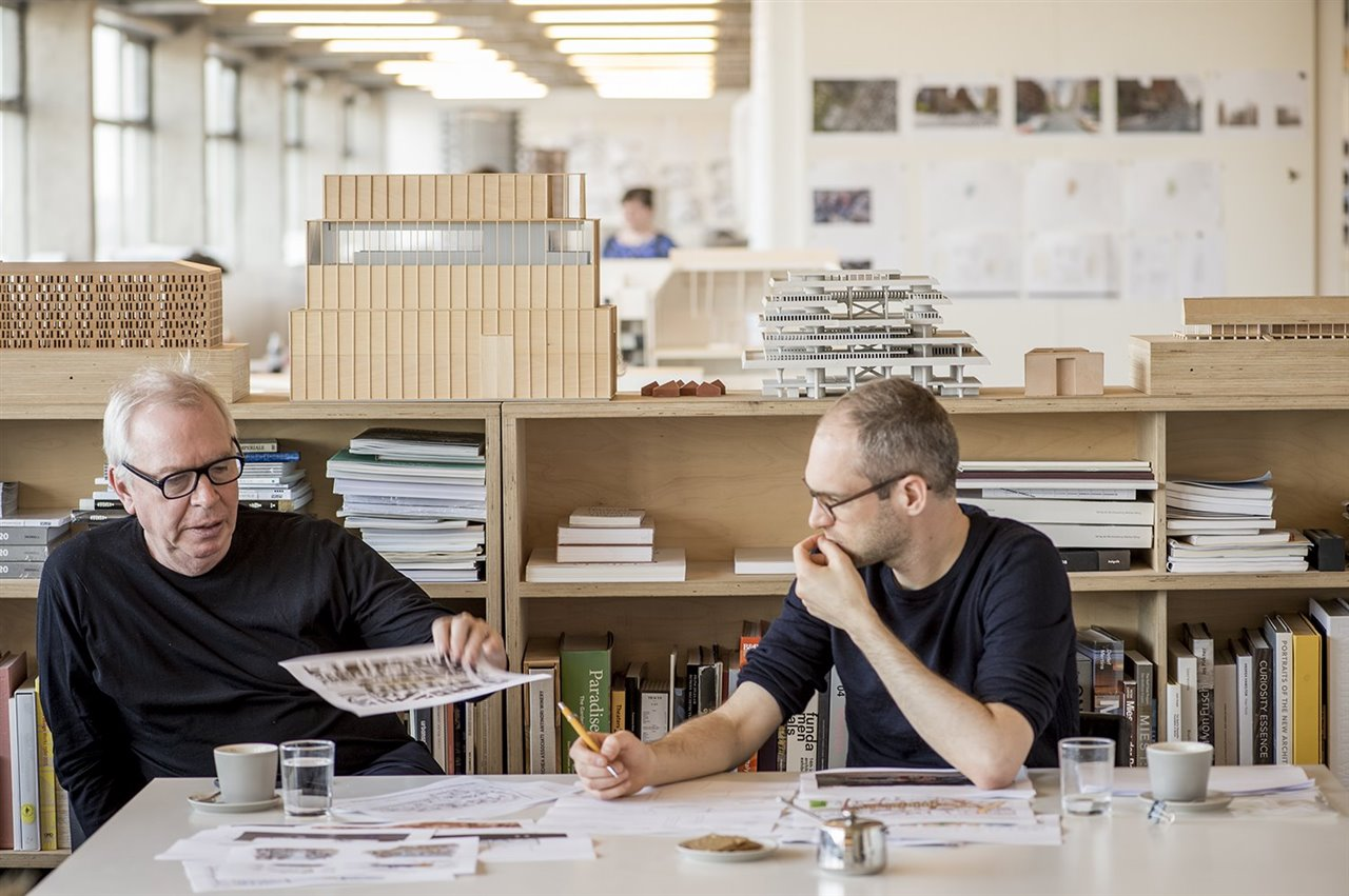 David Chipperfield y Simon Kretz, mentor y discípulo en el período 2016-2017.