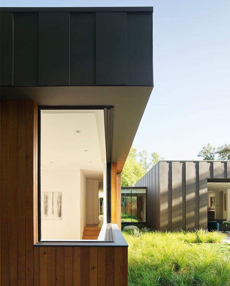 Detalle de apertura en fachada con estructuras correderas