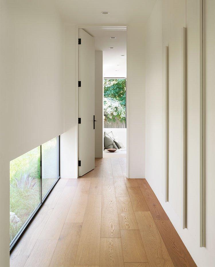 Zona de paso hacia dormitorios con armarios de almacenaje integrados en paramentos