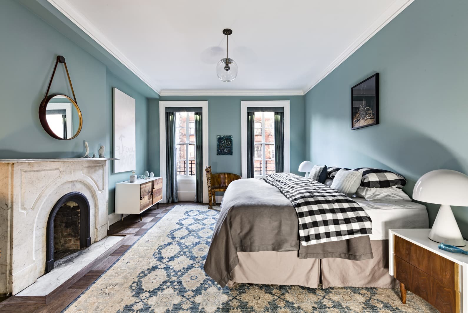 Apartamento Mary Kate Oslen en Manhattan dormitorio con pared azul