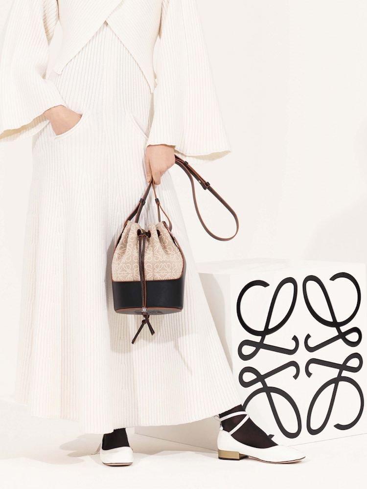 El bolso Balloon se presenta en dos tamaños y con un acabado de piel negra, un básico perfecto para cualquier estilismo.