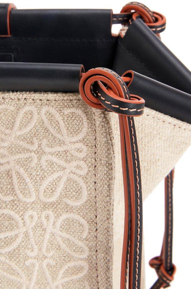 Los acabados del bolso Cushion demuestran el dominio del cuero y los tejidos por parte de la firma española.
