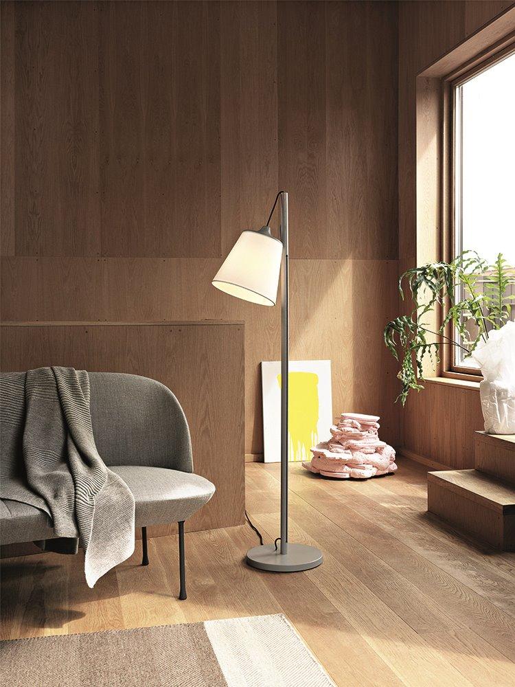 Basta con instalar algunas lámparas de pie con luz regulable de forma estratégica en las habitaciones con actividades compartidas para adaptar su uso.