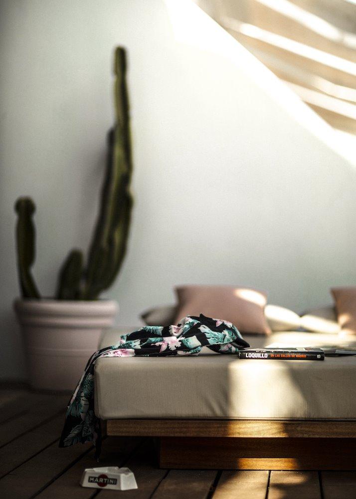 No hay detalle descuidado para crear la atmosfera: libro de Loquillo, cenicero y cactus en la terraza, a modo de chill-out.