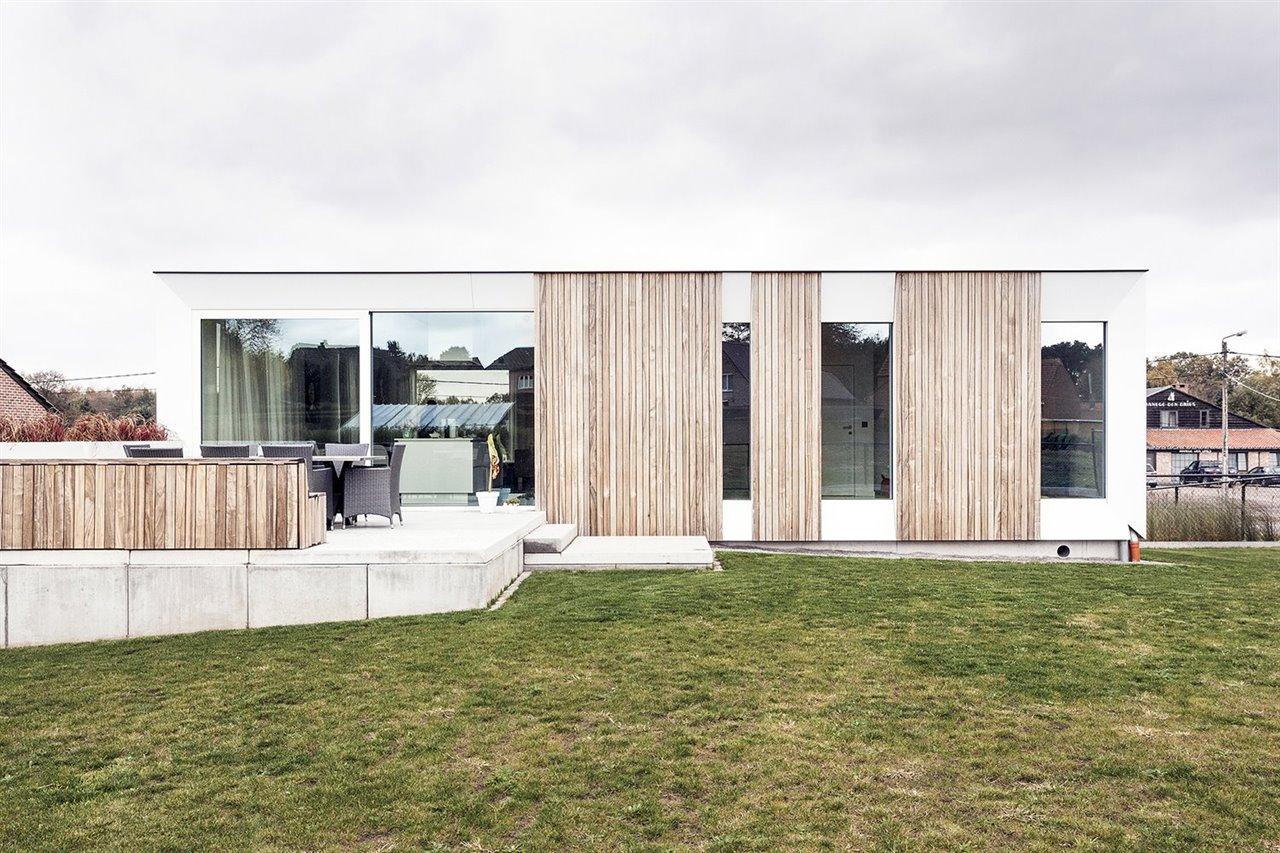 En su cara sur, la casa incorpora ventanas con vidrios con filtro solar para reflejar el calor pero no la luz. De este modo no son necesarios protectores solares como aleros.