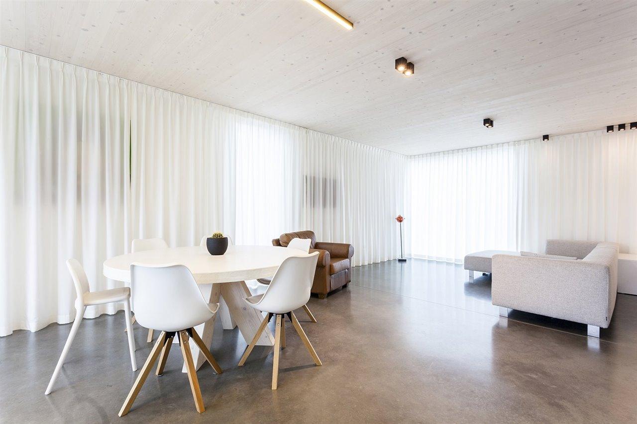 La casa se calienta con calefacción por suelo radiante con una bomba de calor eléctrica de aire-agua.