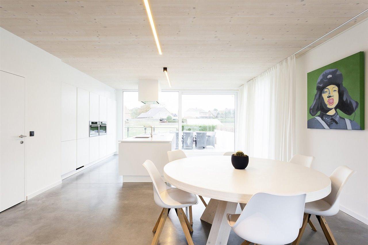 Las cortinas corren completamente alrededor de la sala de estar. Cuando se abren se genera un gran espacio con amplias vistas sobre el jardín y el área alrededor de la casa.