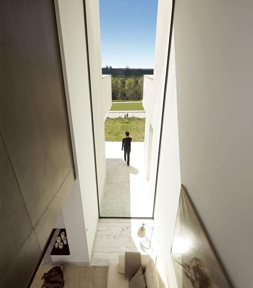Soluciones como los aleros, los retranqueos de fachada y los toldos ayudan a modular la incidencia de los rayos solares según el momento del día y la época del año.
