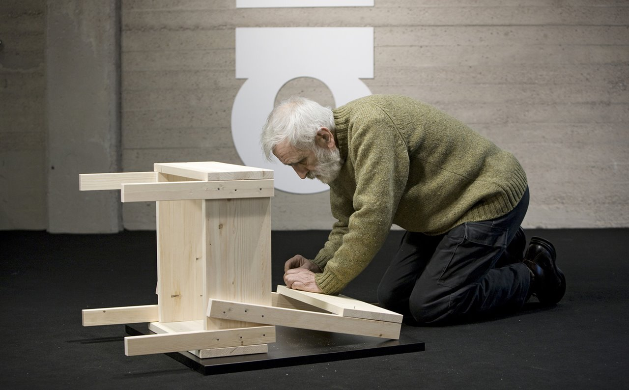 Enzo Mari practicando con el ejemplo: montando su Silla 1, editada por Artek.