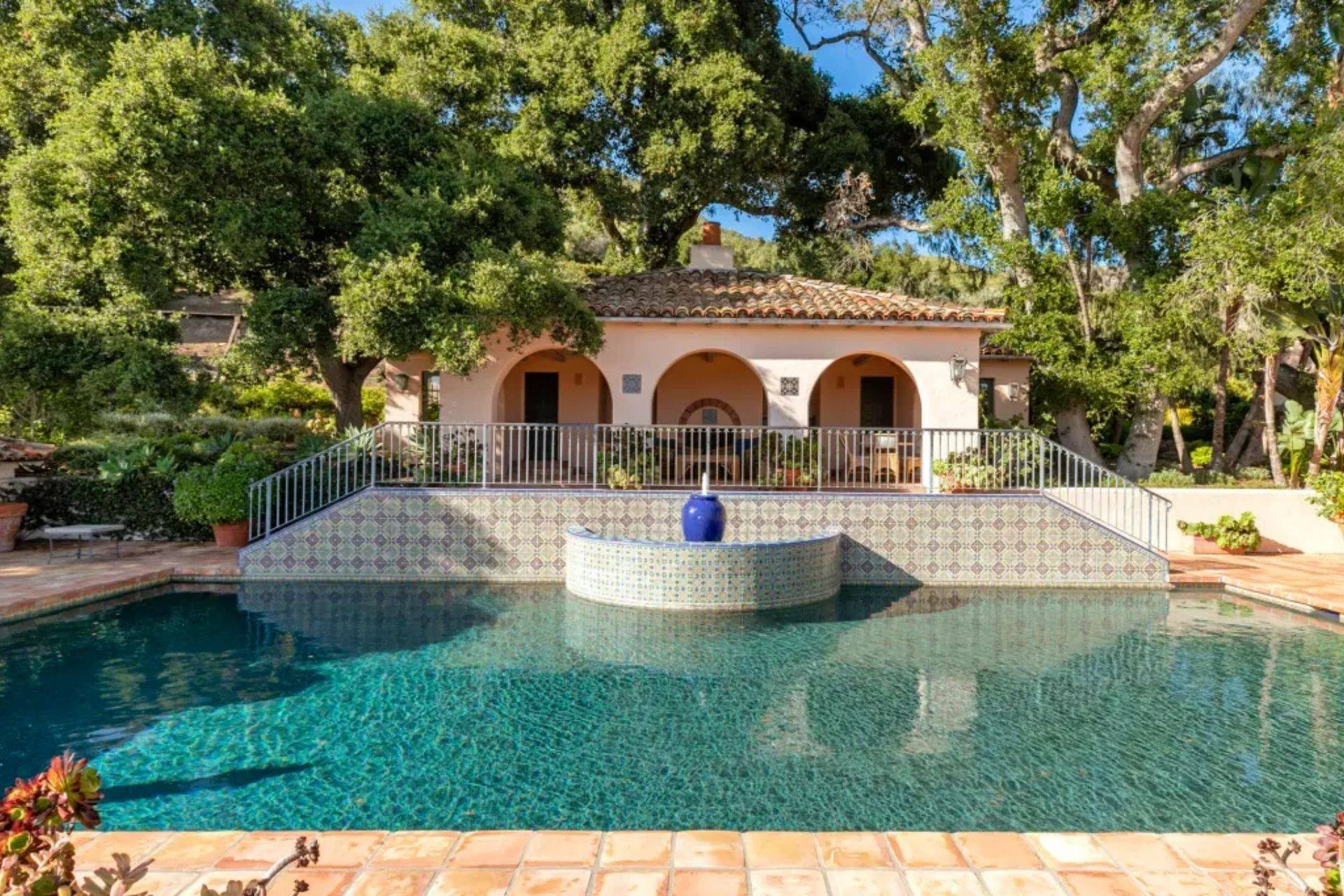 Casa orlando bloom y katy perry piscina con mosaicos de colores