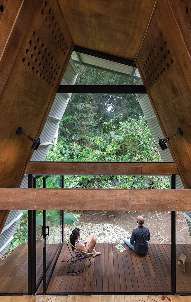 Los paneles prefabricados de madera contrachapada están perforados para facilitar la ventilación cruzada y refrescar el interior.