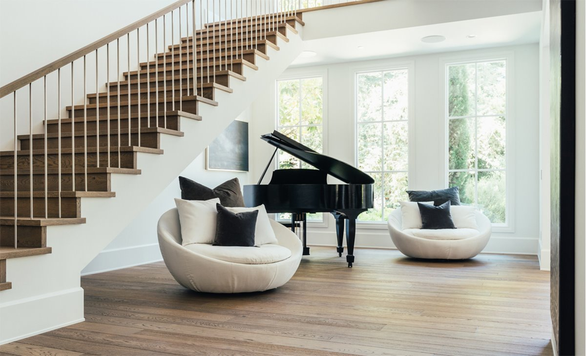 Escalera con butacas y un piano de la mansion del cantante The Weeknd Abel Tesfaye