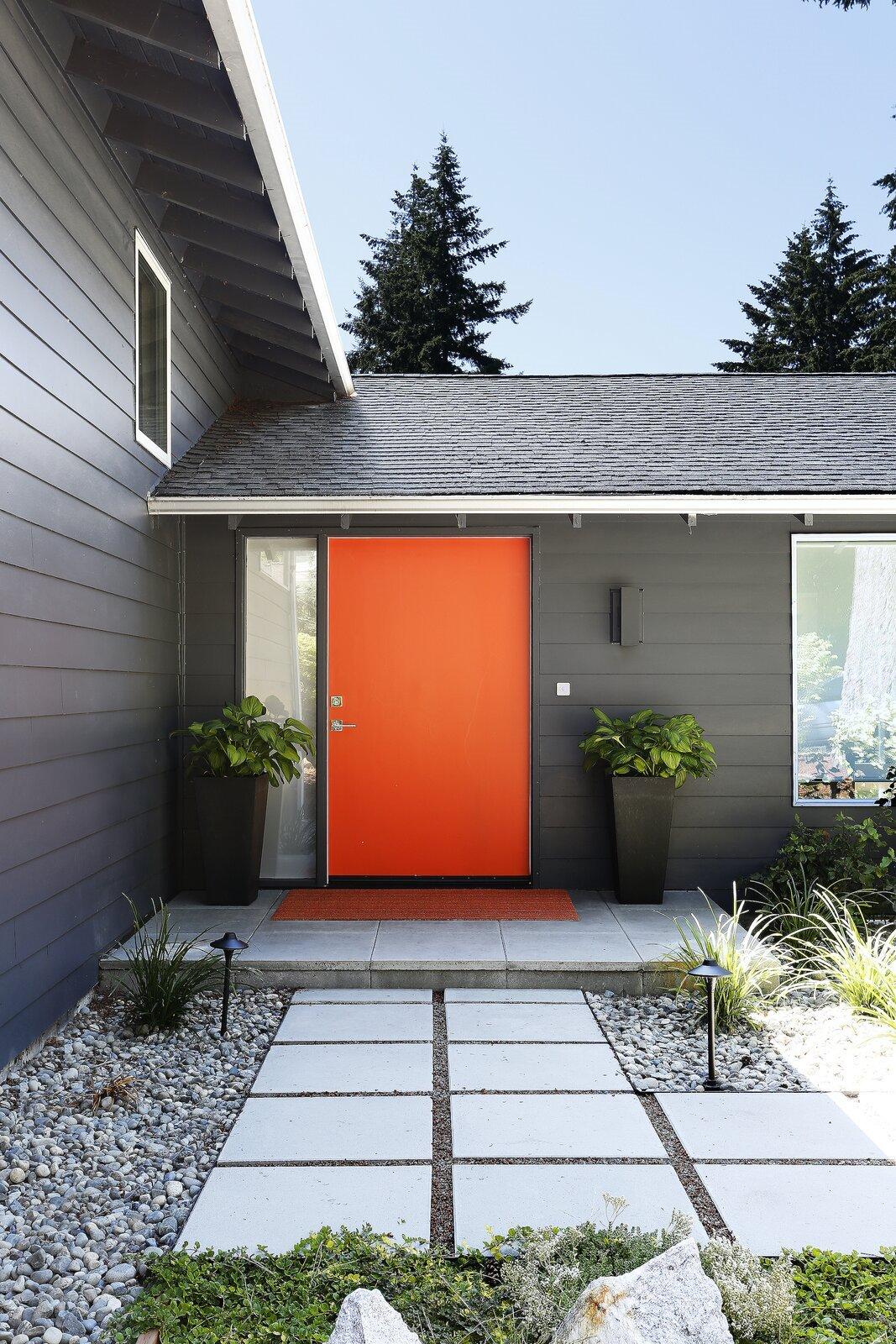 casa contenedores puerta naranja