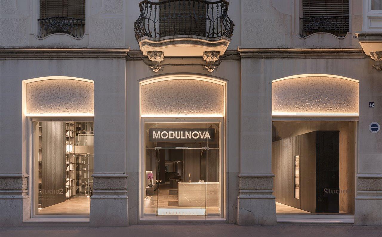 La nueva tienda Modulnova en Valencia se ubica en un elegante edificio clásico de la calle del Mar, en el casco antiguo de la ciudad.