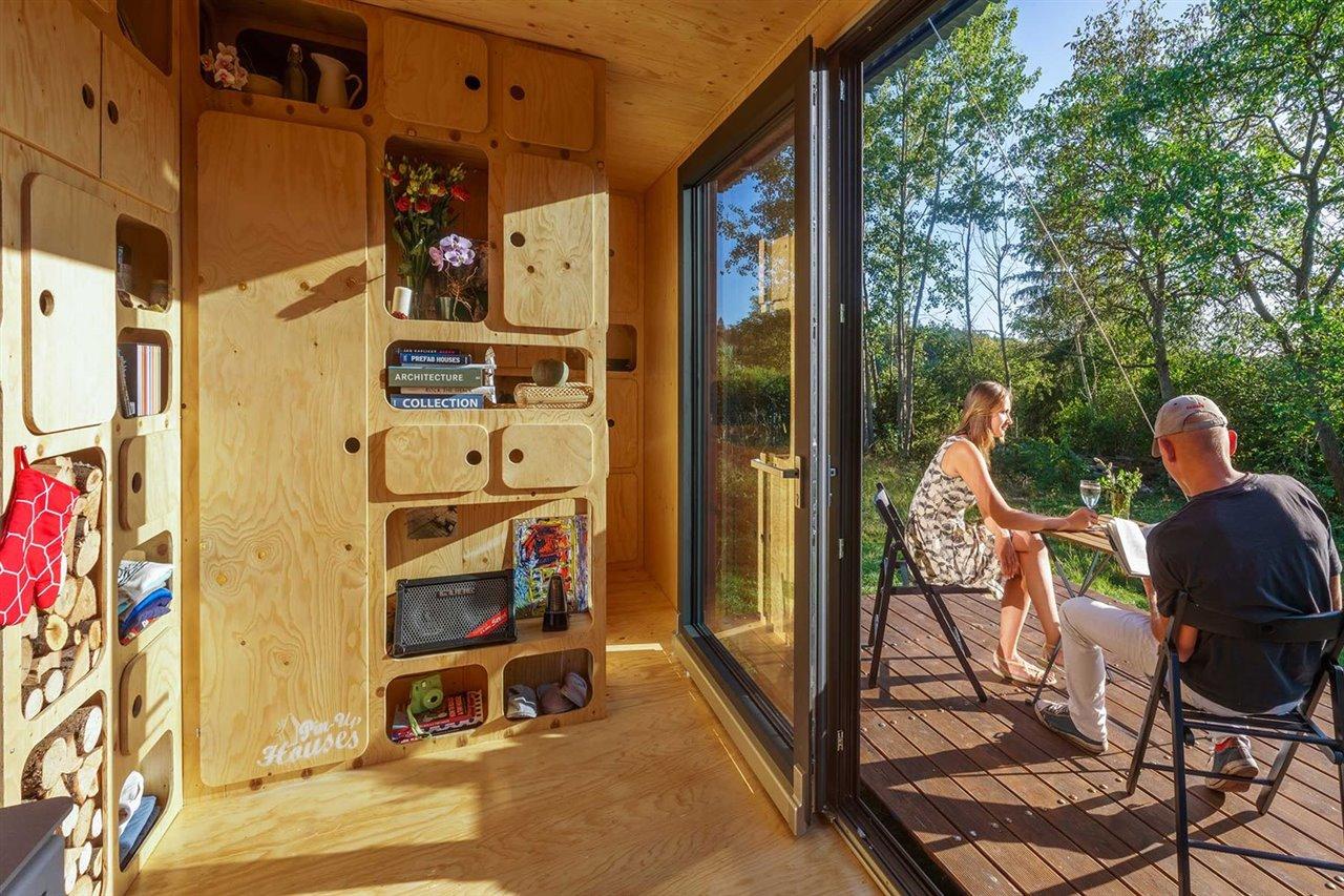 La terraza puede elevarse mediante un cabrestante para cerrar por completo el contenedor.