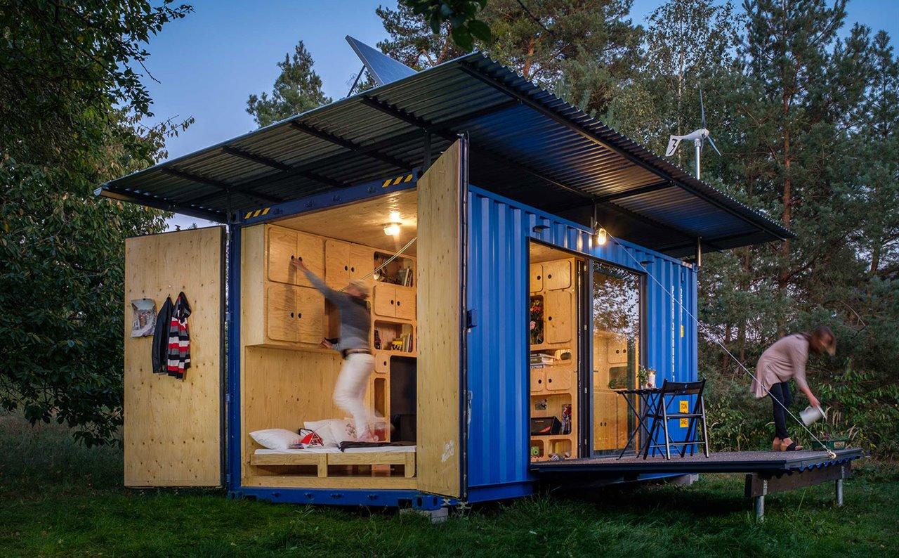 Una cubierta metálica de plancha corrugada y galvanizada protege el volumen y recoge el agua de lluvia para su aprovechamiento.
