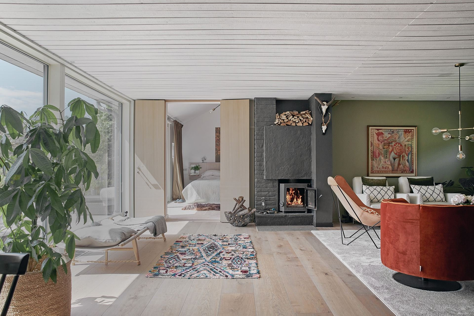 Casa en el campo con decoracion de interiores de estilo nordico con caballos salon con chimenea