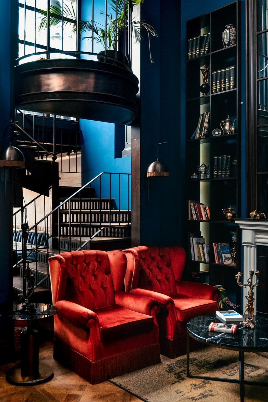 Butacas rojas en salón azul y marrón