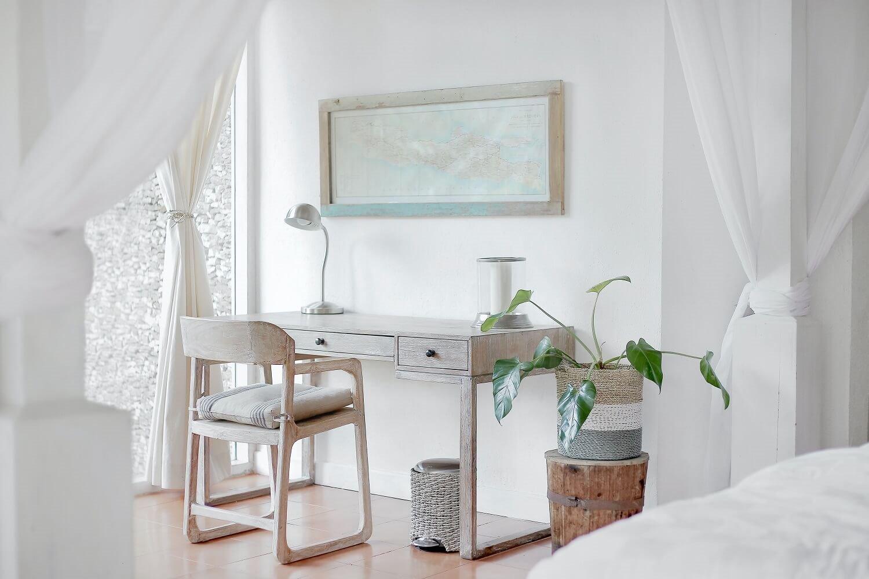 Dormitorio blanco con escritorio